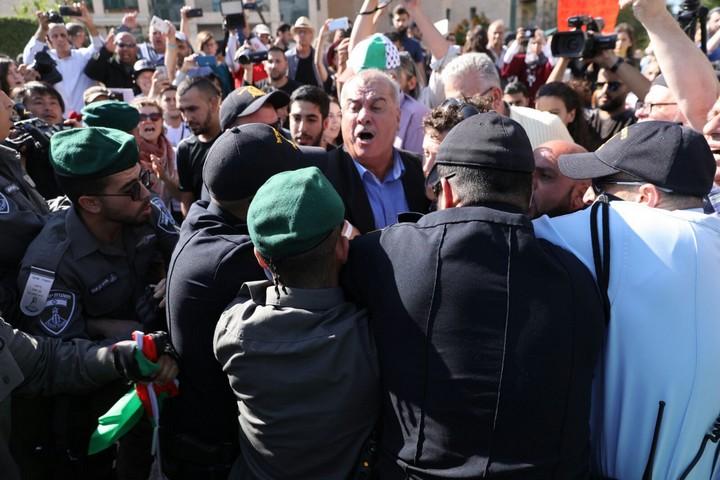 """הפגנה נגד העברת שגרירות ארה""""ב לירושלים. שוטרים מקיפים את יו""""ר ועדת המעקב מוחמד ברכה (אורן זיו / אקטיבסטילס)"""