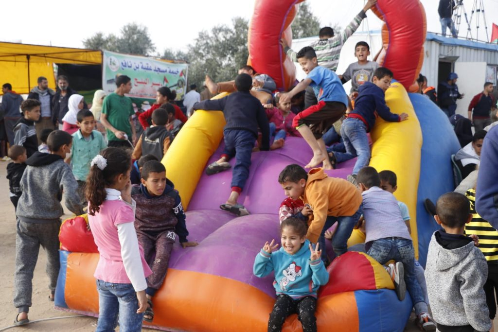 ילדים משחקים במחנה השיבה בעזה. משפחות שלמות מגיעות למקום וחוגגות (צילום: ח'אלד אל-עזאייזה/בצלם)