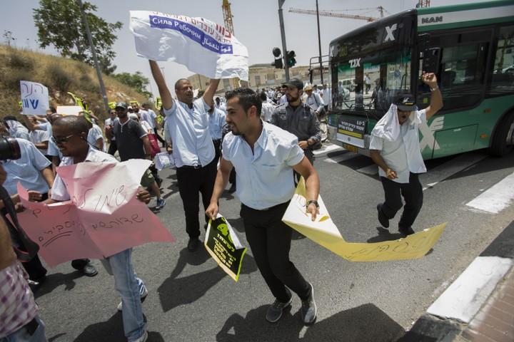 """נהגי """"אגד תעבורה"""" המאוגדים בכוח לעובדים מפגינים מול משרד התחבורה ב-2015 (יונתן זינדל / פלאש90)"""