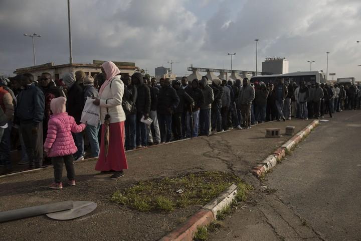 מאות רבות של מבקשי מקלט בתור לפנות בוקר ליד משרדי רשות ההגירה בבני ברק (אורן זיו / אקטיבסטילס)