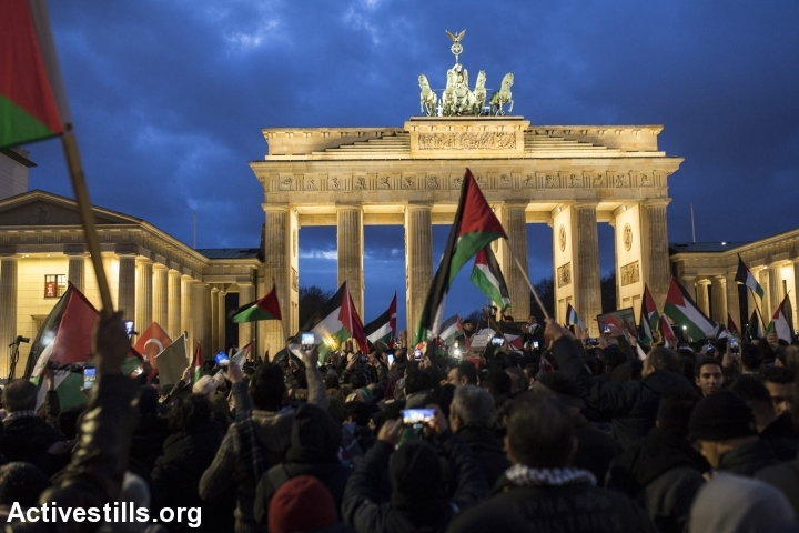 הפגנה עם דגלי פלסטין בברלין. יהדות וציונות אינן זהות (צילום: אן פאק/אקטיבסטילס)