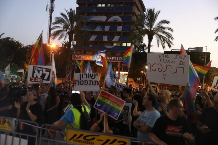מאות מפגינים בחולון קוראים להתפטרותו של סגן ראש העיר יואל ישורון (אורן זיו / אקטיבסטילס)