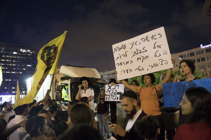 מפגינות מחוץ למתחם משיח בכיכר (אורן זיו / אקטיבסטילס)