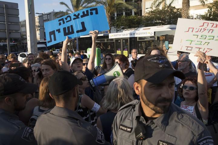 שוטרים הודפים ודוחפים את המפגינות נגד ההפרדה באלימות בתי מוסברת (אורן זיו / אקטיבסטילס)