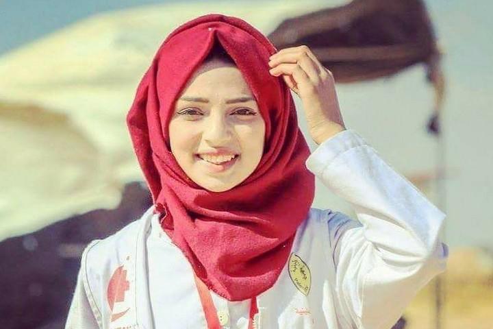 """מערכת ההשחרה הצה""""לית עובדת שעות נוספות כדי להפריך את תדמית המלאכית בלבן של רזאן א-נג'אר, הפרמדיקית שנהרגה מירי חיילים בגבול עזה"""