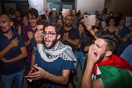מפגינים בחיפה נגד הרג המפגינים בעזה ואלימות המשטרה בעיר (צילום: מאיר ועקנין/פלש90)