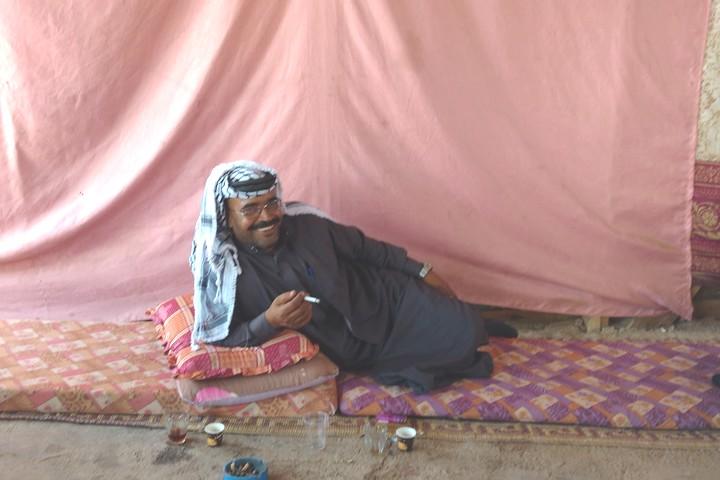 את הידיעה על תחילת ההריסות בכפר שלו קיבל כשעמד מול הבולדוזרים בכפר השכן ח'אן אל אחמר. אבו עימאד, דובר קהילת אבו נוואר (צילום: אורלי נוי)