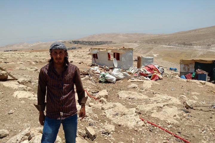 """חרבה חמאדין על רקע הריסות ביתו באבו נוואר. """"זה יהרוס את כל הקהילה שלנו"""" (צילום: אורלי נוי)"""