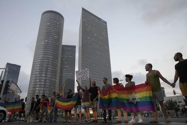 """פעילים להט""""בים חוסמים את נתיבי איילון במחאה נגד חוק הפונדקאות. העולם הולך קדימה, ישראל מידרדרת אחורה (צילום: אורן זיו/אקטיבסטילס)"""