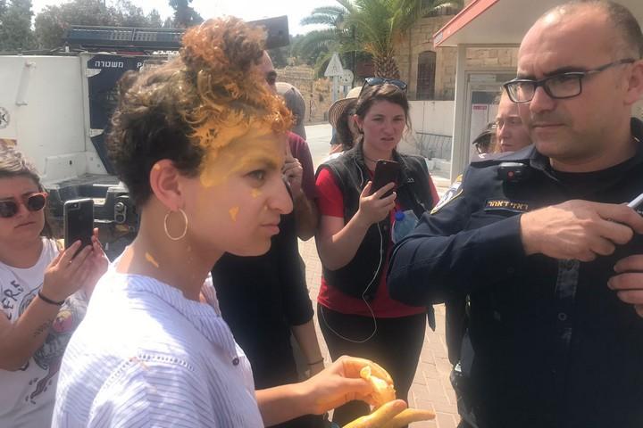 מרפי בוביס, מדריכת שוברים שתיקה, משוחחת עם שוטר לאחר שילד מקבוצת המתנחלים זרק צבע על ראשה במהלך סיור בחברון. 16 ביולי 2018 (צילום: מרב זונשיין)