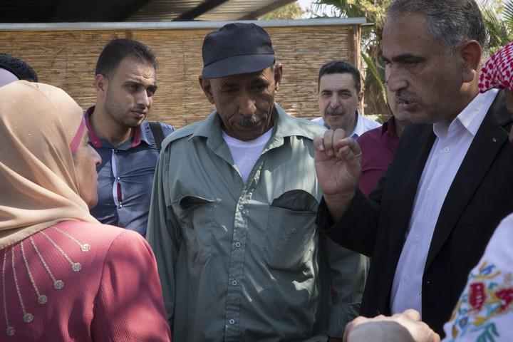 עיד אבו-ח'מיס, המנהיג-דובר של ח'אן אל אחמר, עם מבקרים שהגיעו לתמוך בכפר הבדואי העומד בפני סכנת פינוי (אורן זיו / אקטיבסטילס)