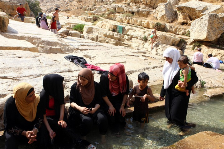 """פלסטינים מבלים בבריכות בוואדי קלט. בעיני הכותב, מדובר ב""""טרור סביבתי"""" (צילום: עביר סולטן/פלאש90"""