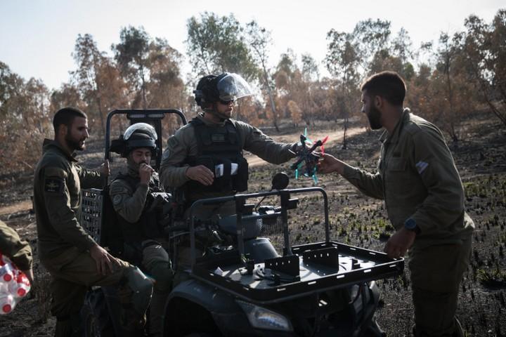 צוות של משמר הגבול מתפעל רחפן נגד עפיפוני תבערה. גבול עזה, מאי 2018 (הדס פרוש / פלאש90)