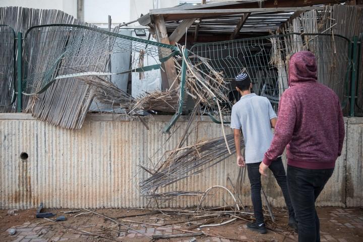 תושבים בשדרות סודקים פגיעה בבית בעיר שנפגע מרקטה. לכולם ברור שצריך הסכם מדיני (צילום: הדס פרוש/פלאש9