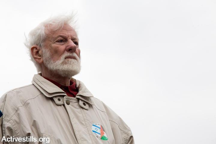 """העיתונאי וח""""כ לשעבר אורי אבנרי בהפגנה במחסום ארז בקריאה להסרת המצור על עזה. ינואר 2008 (קרן מנור / אקטיבסטילס)"""