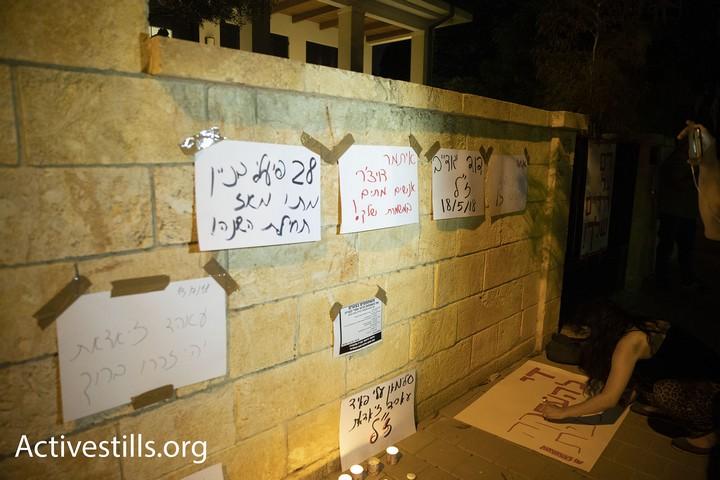 """שמות עובדי הבניין שנהרגו באתרי חברת הבנייה אלקטרה תלויים על חומת ביתו של מנכ""""ל החברה (אורן זיו / אקטיבסטילס)"""