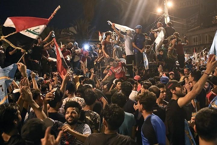 תומכיו של מוקתדא סדר חוגגים את הניצחון בבחירות. סדר השיעי הפתיע כשהביע תמיכה בשיבת היהודים. (צילום: , Zoheir Seidanloo: F