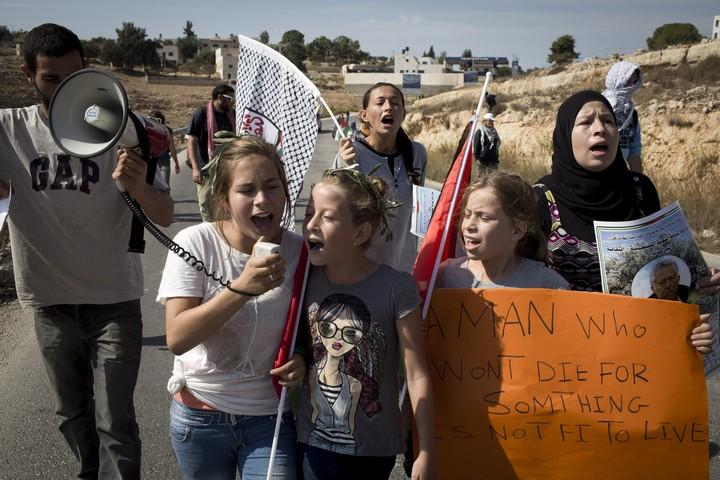 נרימאן תמימי ובנותיה מובילות הפגנה בנבי סאלח (אורן זיו / אקטיבסטילס)