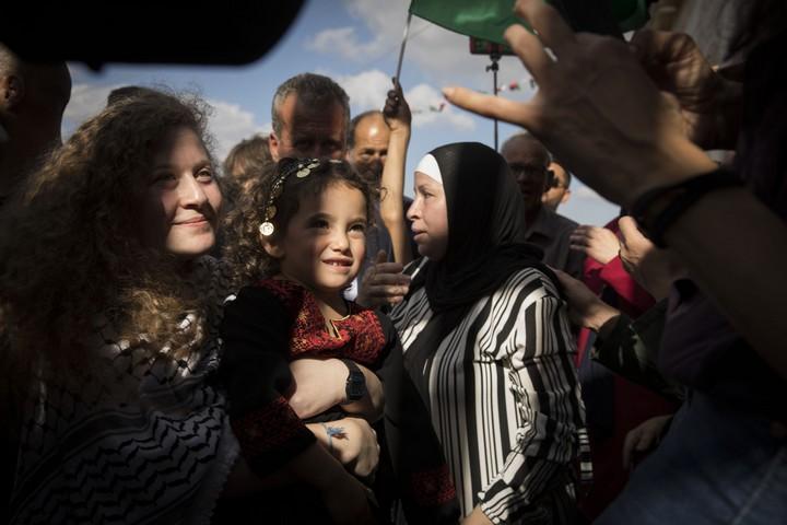 נרימאן תמימי ובתה עהד ביום שחרורן, בקבלת הפנים בנבי סאלח (אורן זיו / אקטיבסטילס)