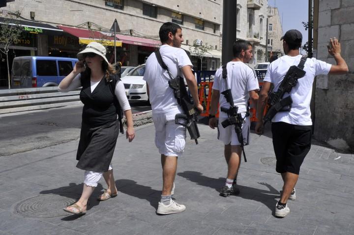 """חיילים בחופשה מסתובבים עם נשק. צה""""ל צמצם את התופעה, ושיעור ההתאבדויות צנח (צילום: סרג' אטאל / פלאש 90)"""