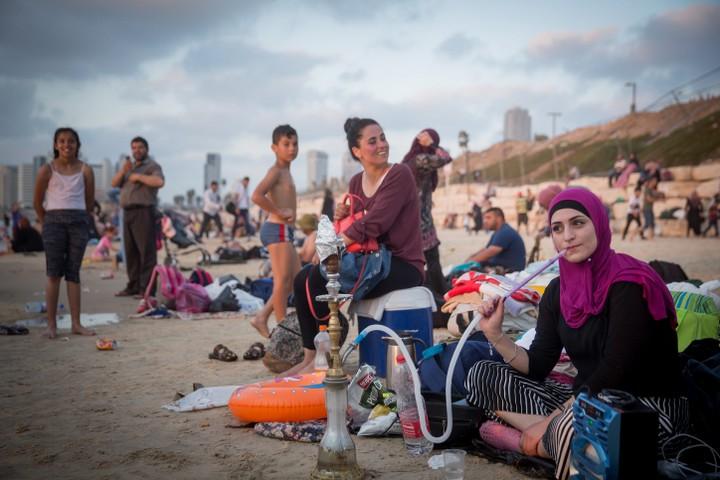 חוגגים על החוף בעיד אל -אדחה. בקריית חיים זה נגמר בשלושה שהוכו כמעט למוות (צילום: מרים אלסטר / פלאש 90)