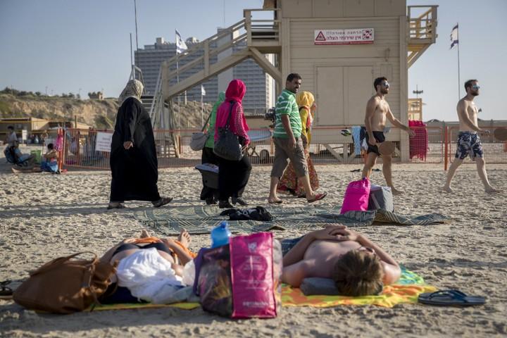 ערבים בחוף בתל אביב. בעיני עירית לינור, עצם העובדה שערבים נמצאים בחוף בשתיים בלילה היא חשודה (צילום: נתי שוחט / פלאש 90)