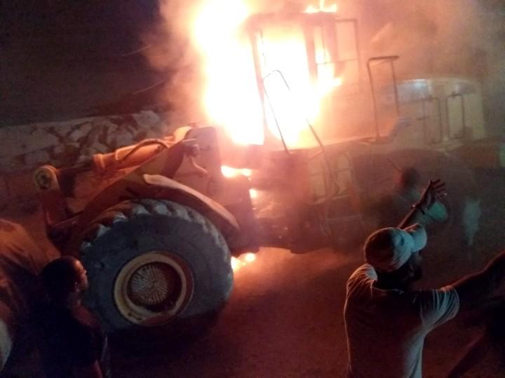 """טרקטור שרוף בכפר עוריף, חלק מפעולות הנקמה של כנופיית תג מחיר (צילום: איברהים מחלוף, באדיבות """"בצלם"""")"""