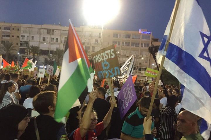 דגל ישראל ודגלי פלסטין בהפגנה נגד חוק הלאום בתל אביב (חגי מטר)