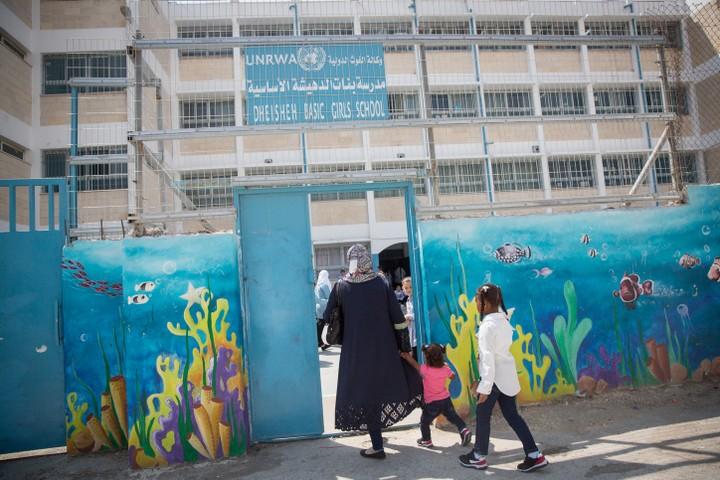 """כניסה לבית ספר של אונרו""""א במחנה הפליטים דהיישה. טראמפ משתמש בסיוע כאמצעי לחץ (צילום: מרים אלסטר / פלאש 90)"""