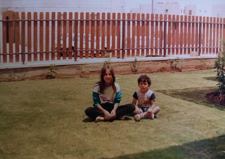 עופר ואחותו בחצר הבית בפסגת זאב (מתוך אלבום התמונות המשפחתי)