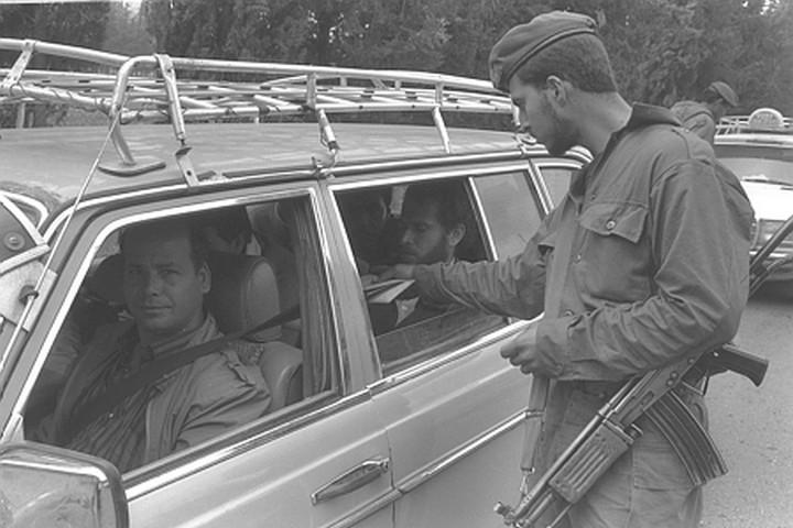 """חייל במחסום באינתיפאדה הראשונה. לא יכולתי לראות חיילים (צילום: יעקב סער / לע""""מ)"""