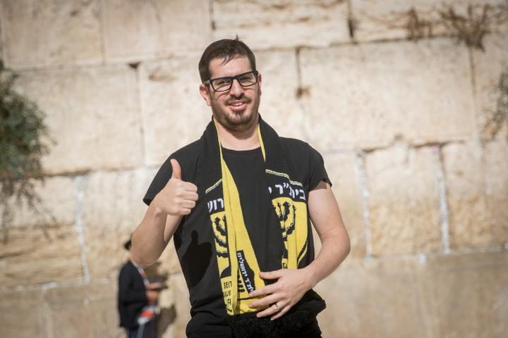 """הבעלים החדשים של בית""""ר ירושלים, משה חוגג, על רקע הכותל. הודיע ש""""דת לא תהיה אצלו פקטור"""" (צילום: יונתן סינדל / פלאש 90)"""