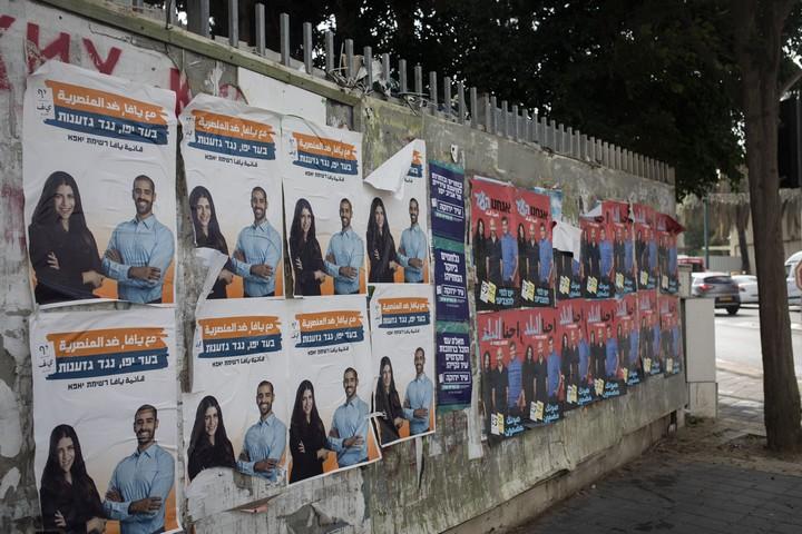 """שלטי בחירות של רשימת """"יאפא """"לצד שלטים של """"אנחנו העיר"""", תלויים ברחובות יפו (אורן זיו / אקטיבסטילס)"""