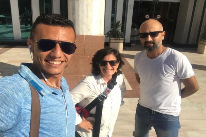 פאדי אבו שמאלה, ג'ן מרלו וחבר הצוות מוחמד אבו סאפיה מחוץ לאולם הסהר האדום בעזה, יום לפני ההקרנה (מוחמד אבו סאפיה)
