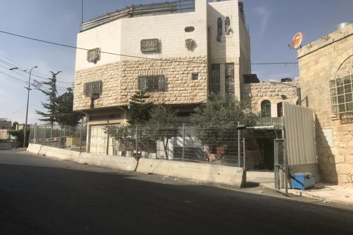 לקחה חלק חשוב בתיעוד ההגבלות שחלו על הפלסטינים בשכונה. ביתה המגודר של סוהייר פאח'ורי (רמי יונס)