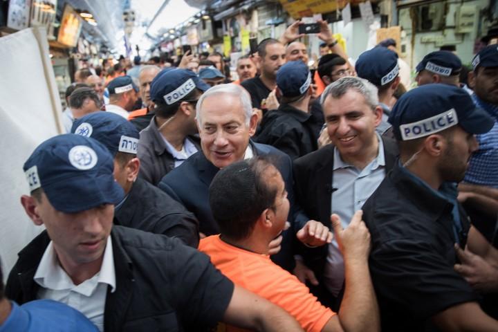 ראש הממשלה נתניהו בסיור בחירות בשוק מחנה יהודה עם זאב אלקין. זה לא עזר לאלקין בבחירות לראשות עיריית ירושלים (הדס פרוש / פלאש90)