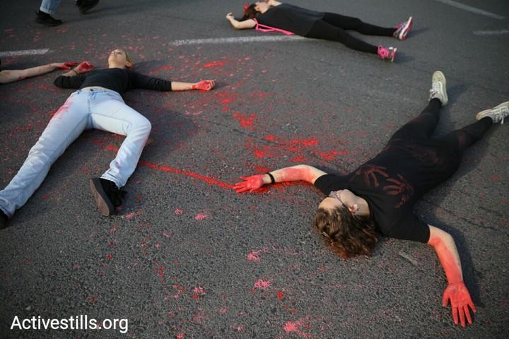 """""""דם נשים לא הפקר"""". מפגינות שפכו צבע אדום מול משרדי הממשלה בתל אביב וחסמו את צומת עזריאלי במחאה על רצח נשים. 24 נשים נרצחו מתחילת השנה. 27 נובמבר 2018 (אורן זיו / אקטיבסטילס)"""