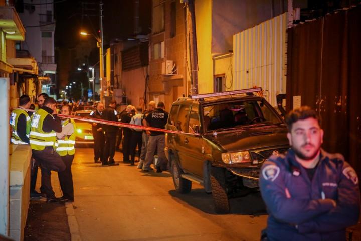 משטרה וכוחות הצלה מחוץ לביתה של סילבנה צגאיי בת ה-13 שנרצחה אתמול (פלאש 90)