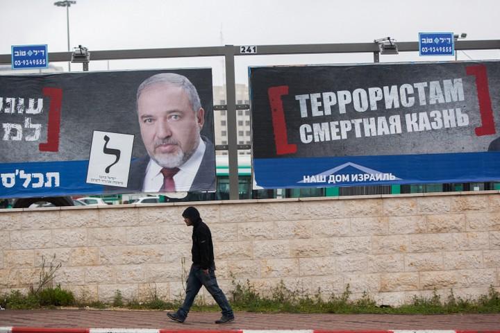"""ליברמן משתמש בקול הרוסי כדי לעסוק בעניינים """"לאומים"""". כרזת בחירות הקוראת ל""""עונש מוות למחבלים"""" (צילום: יונתן סינדל / פלאש 90)"""