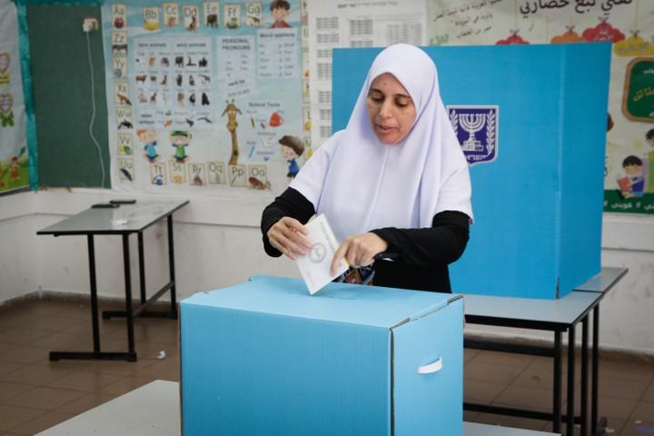 מצביעה פלסטינית בבחירות המקומיות בכפר קאסם, 30 באוקטובר 2018 (רועי אלימה / פלאש90)