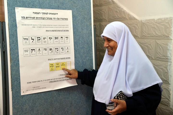 אשה בקלפי בלוד. אחת מששה הנציגים הערבים במועצה היא ערביה (צילום: יוסי זלינגר / פלאש 90)