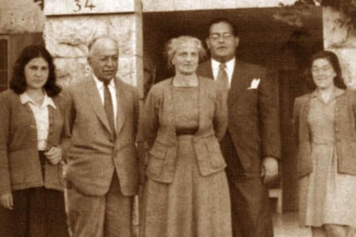 עיבוד לצילום של משפחת סכאכיני בפתח ביתה בקטמון ב-1947 (תמר הירדני, ויקימדיה CC BY-SA 3.0)