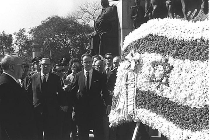 """נשיא ישראל זלמן שז""""ר מניח זר על קבר החייל האלמוני בברזיל בביקור ב-1966, שנתיים אחרי עליית הדיקטטורה (צילום: לע""""מ)"""