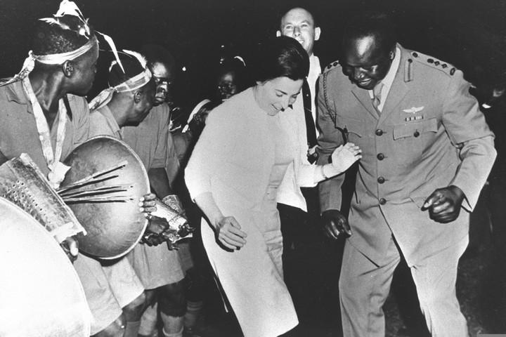"""לפני מלחמת 1967, ישראל נתפסה במקומות רבים בעולם כחלק מהמאבק נגד הקולוניאליזם. נשיא אוגנדה אידי אמין עם מרים אשכול, אשתו של לוי אשכול, בעת ביקור באוגנדה (צילום: לע""""מ)"""