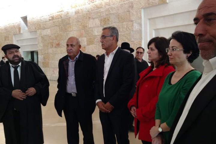 """חברות וחברי הכנסת של בל""""ד עורך הדין חסן ג'בארין מעדאלה בכניסה לבג""""ץ. (אורלי נוי)"""