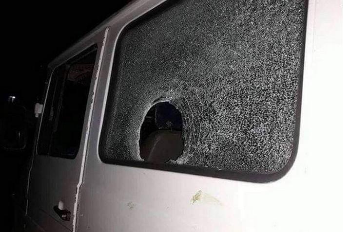 מכונית שהותקפה ליד חלחול (צילום: באדיבות יש דין)