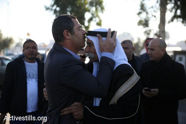 שייח' סיאח אבו מדיע'ם ותומכים עם כניסתו לכלא. 25 בדצמבר 2018 (אורן זיו / אקטיבסטילס)