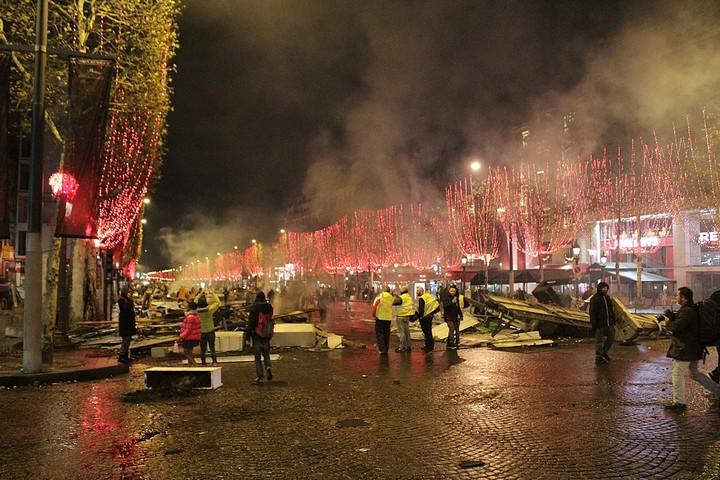 גם הירי בשטרסבורג לא הצליח לעצור את ההפגנות. מחאת האפודים הצהובים בשאנז אליזה בפאריז (צילום: LNicollet, Creative Commons Attribution 2.0 Generic)