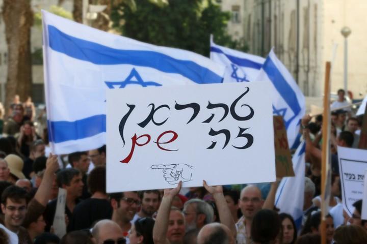 """ההגדרה של """"חילונים"""" מול דתיים"""" מחטיאה את המטרה. הפגנה נגד סגירת חניון בשבת בירושלים (צילום: אורי לנץ / פלאש 90)"""