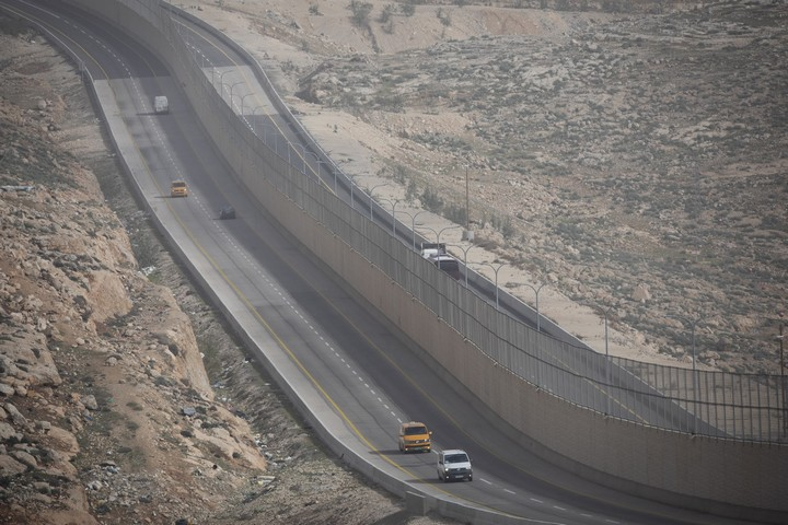 מבט כללי על כביש 4370 . מצד שמאל החלק הפלסטיני, מצד ימין הישראלי (אורן זיו / אקטיבסטילס)